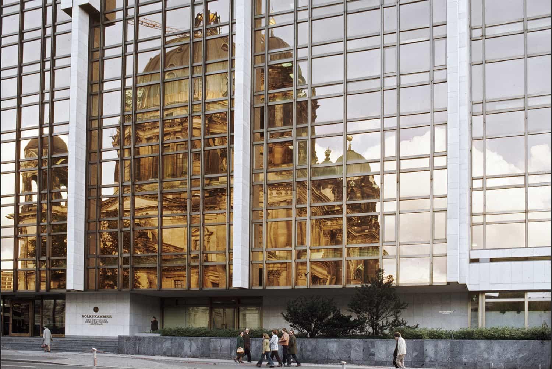 REFLET DE LA CATHÉDRALE DE BERLIN DANS LES VITRES DE LA CHAMBRE DU PEUPLE